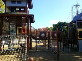 五月山公園の遊具は豊富。子供と一緒にのんびり楽しめるスポット。