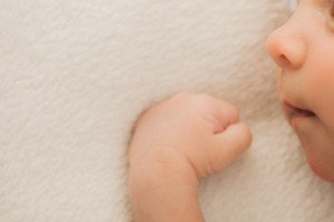 赤ちゃんのほっぺが赤いカサカサになる原因は?保湿は何でする?