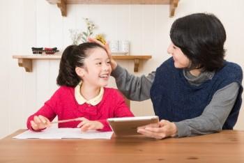 リビングでの勉強は何歳まで?学習机は必要?値段の相場や買う時期は