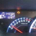 車を運転中にエンジン警告灯が点灯したままなら?原因や対処は?